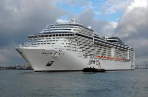 navire quittant le chantier naval de Saint-nazaire