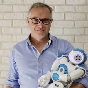 Xavier Lacherade, directeur technologique hardware, reste parmi l'équipe de direction, constitué à majorité de cadres français de la société.